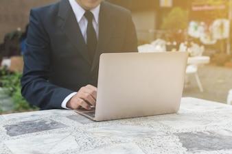 Homem negócios, usando, laptop