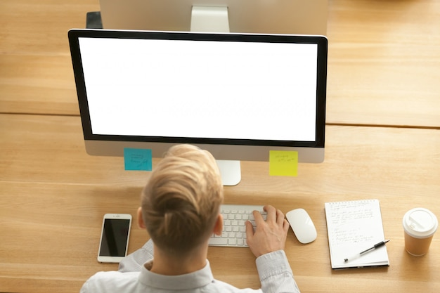 Homem negócios, usando, planner, aplicação, computador, escritório, topo, vista