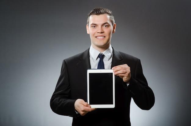 Homem negócios, usando, seu, tabuleta, computador, em, conceito negócio