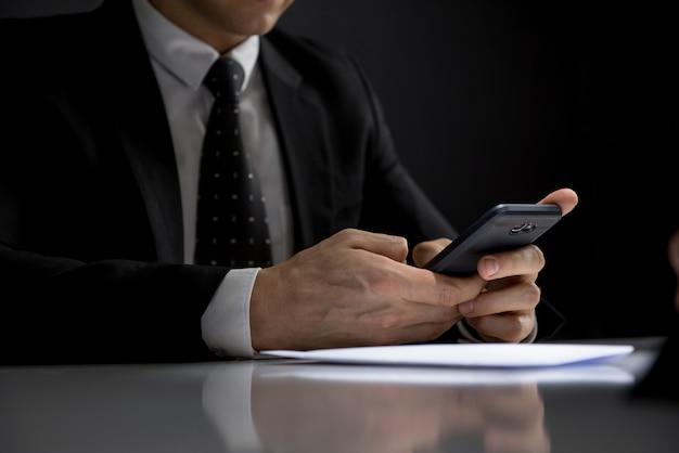 Homem negócios, usando, seu, telefone móvel, fazer, ilegal, privado, transação