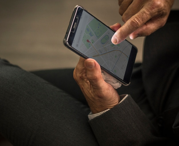 Homem negócios, usando, seu, telefone móvel