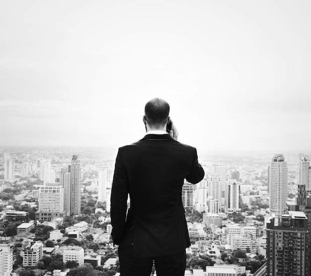 Homem negócios, usando, smartphone, cima, um, predios