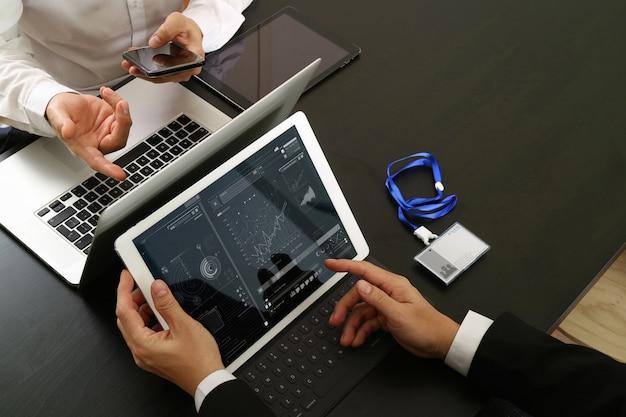 Homem negócios, usando, smartphone, e, tablete digital