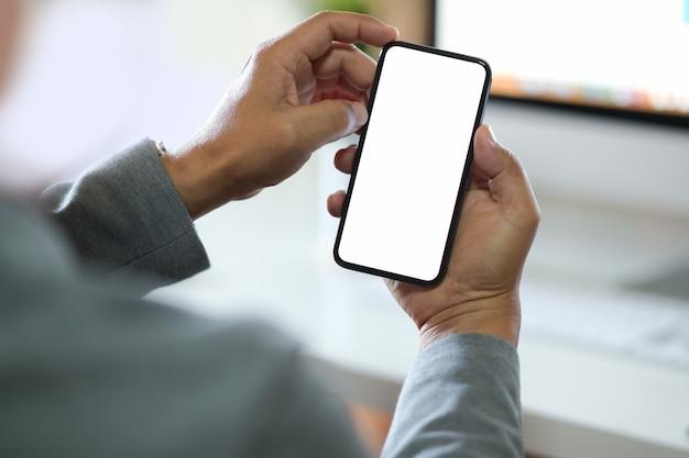 Homem negócios, usando, smartphone telefone celular da tela vazia para a montagem da exposição gráfica.