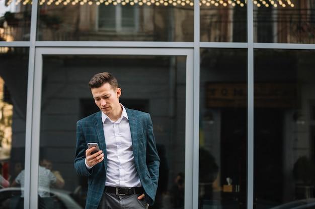 Homem negócios, usando, smartphone