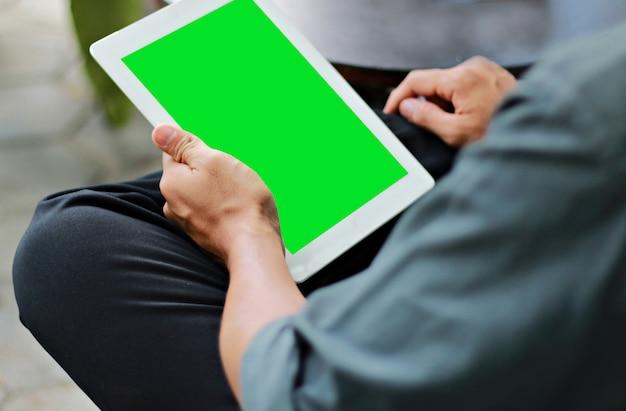 Homem negócios, usando, tablete digital, com, tela verde, exposição