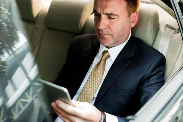 Homem negócios, usando, tabuleta, trabalhando carro, dentro