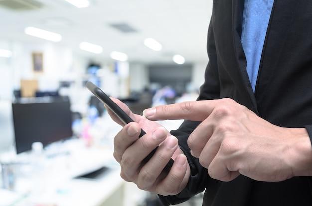 Homem negócios, usando, telefone, em, a, trabalho, escritório