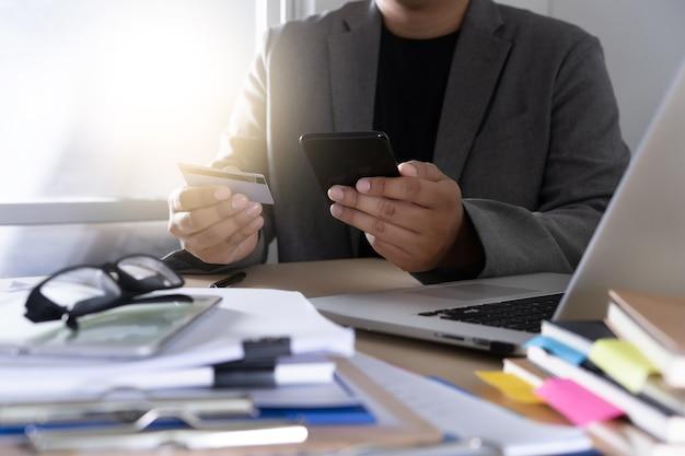 Homem negócios, usando, telefone esperto telefone, e, computador notebook