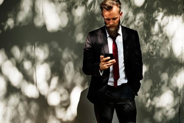 Homem negócios, usando, telefone móvel, comunicação, tecnologia