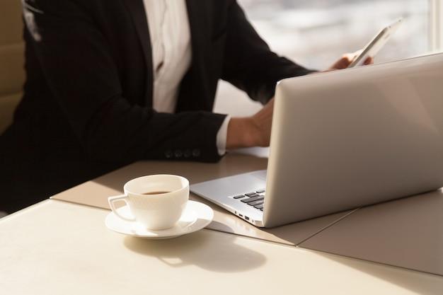 Homem negócios, usando, telefone móvel, durante, café, partir