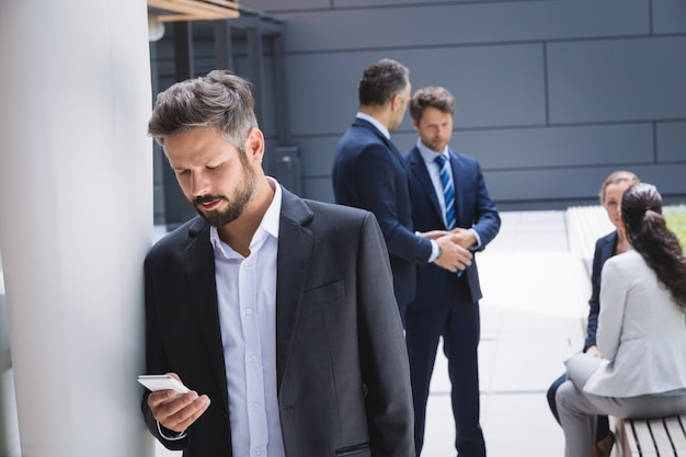 Homem negócios, usando telefone móvel