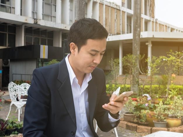 Homem negócios, usando, um, smartphone