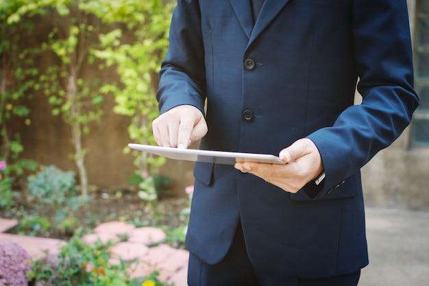 Homem negócios, usando, um, tablet.