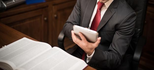 Homem negócios, usando, um, tabuleta, em, seu, estúdio