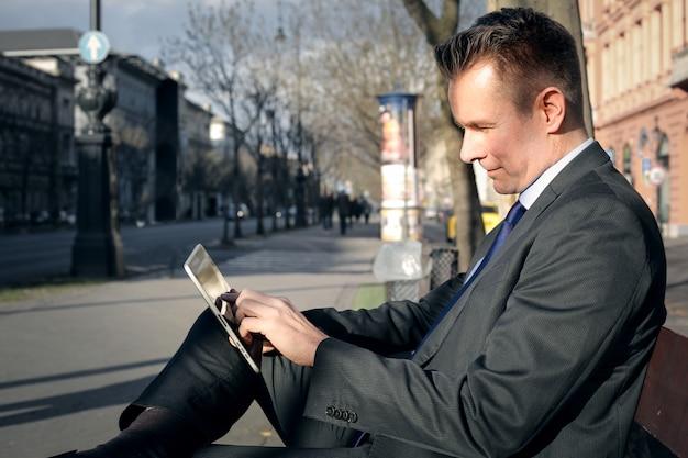 Homem negócios, usando, um, tabuleta