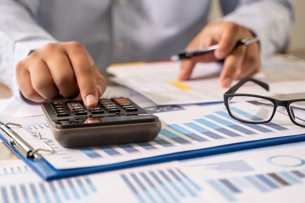 Homem negócios, usando uma calculadora