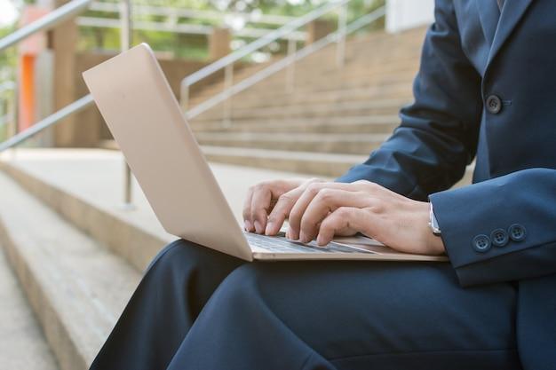 Homem negócios, uso, computador, ao ar livre