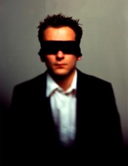 Homem negócios, vendado olhos