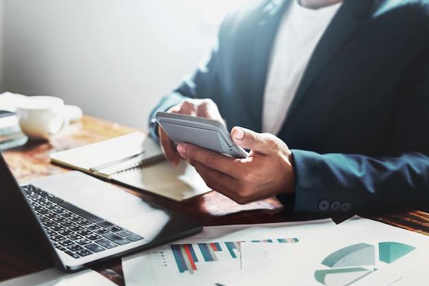 Homem negócios, verificar, dados