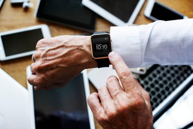 Homem negócios, verificar, seu, esperto, relógio