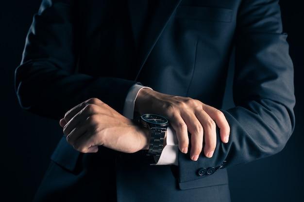 Homem negócios, verificar, tempo, de, relógio