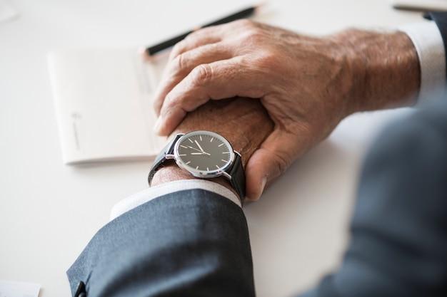 Homem negócios, verificar, tempo, dê relógio