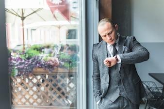 Homem negócios, verificar, tempo, ligado, seu, relógio pulso