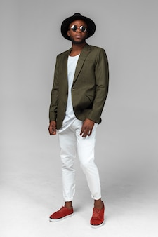 Homem negro afro-americano elegante