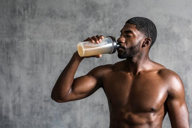 Homem negro bebendo bebida energética