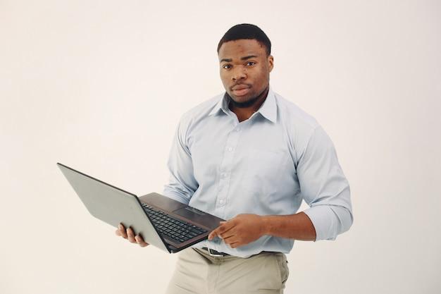 Homem negro bonito, de pé em uma parede branca