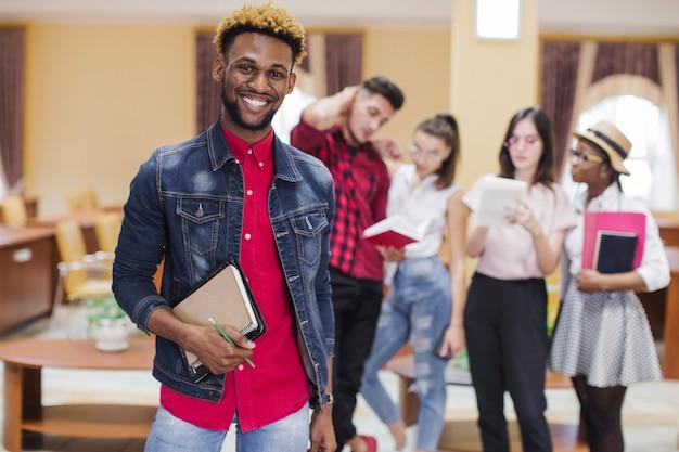 Homem negro confiante na universidade