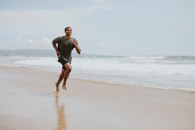 Homem negro correndo na praia