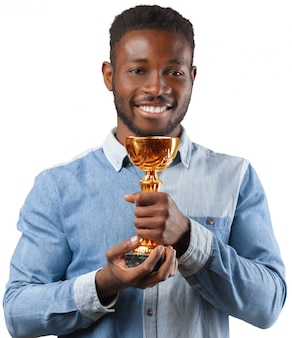 Homem negro de negócios segurando um troféu isolado no branco