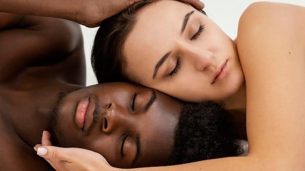 Homem negro e mulher branca abraçados