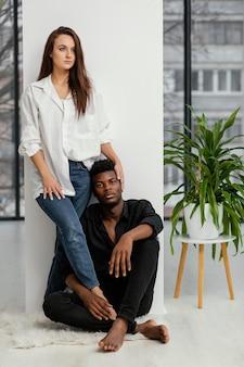 Homem negro e mulher branca em pleno tiro