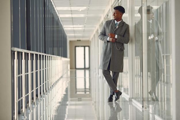 Homem negro elegante no escritório