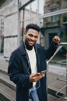 Homem negro em uma cidade