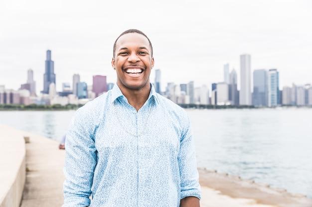 Homem negro feliz rindo alto