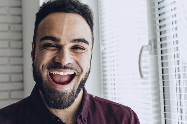 Homem negro feliz