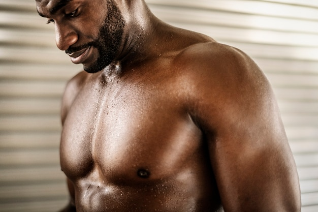 Homem negro muito em forma e atlético