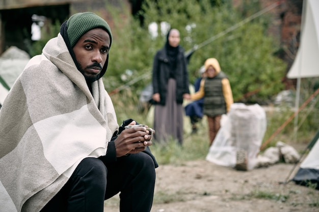 Homem negro no acampamento de migrantes