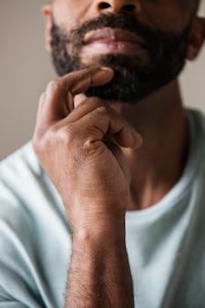 Homem negro, pensando e contemplando o conceito