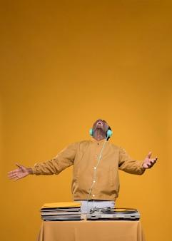 Homem negro posando com fones de ouvido
