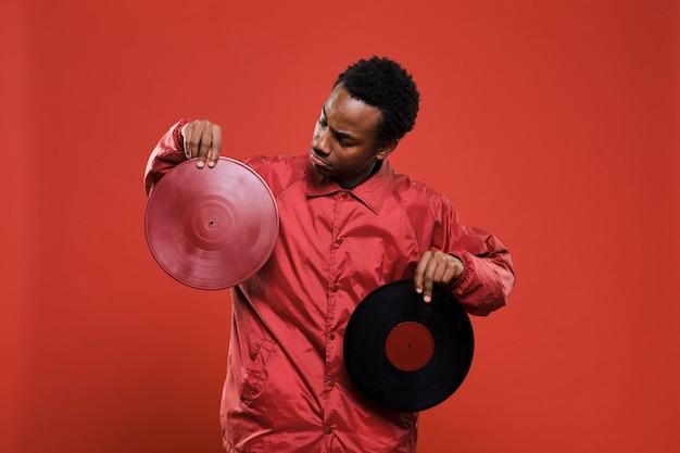 Homem negro posando com vinis