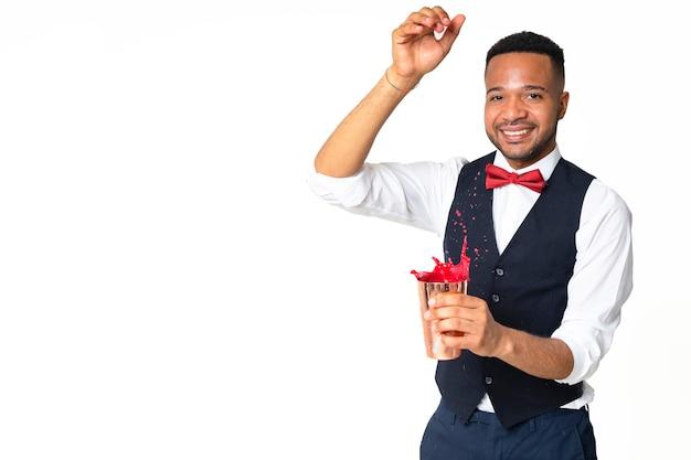 Homem negro que trabalha para barman ou barman está preparando um coquetel