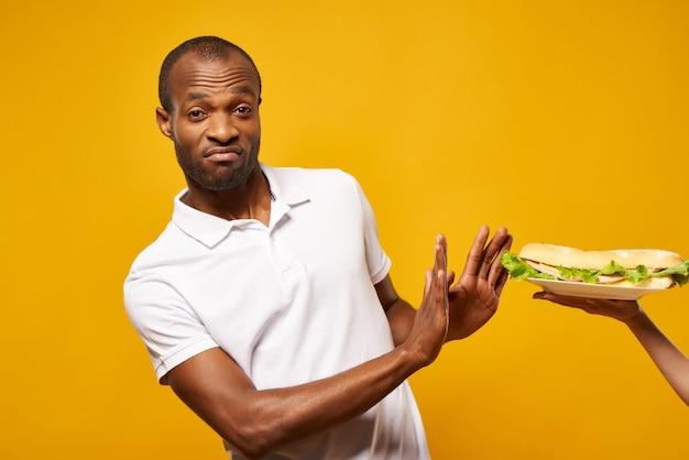 Homem negro se recusa grande sanduíche