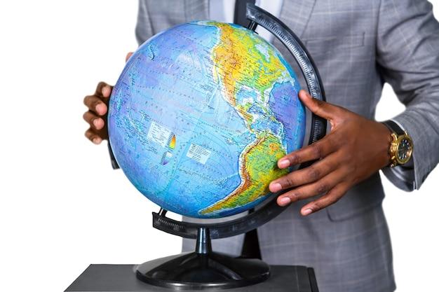 Homem negro segura um globo. mantenha a terra segura. um leve toque. nosso mundo.