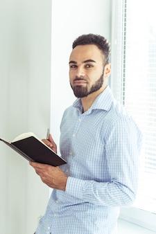 Homem negro, segurando um livro