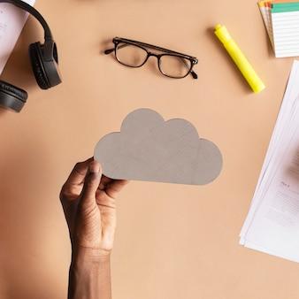 Homem negro segurando uma nuvem recortando papel